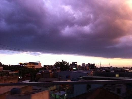 Ở một số thời điểm khác thì chúng ta lại thấy Sài Gòn vần vũ mây đen và các khối hình thù kì dị. Nhiều người nhận xét rằng đây là dấu hiệu điển hình báo hiệu... 'ngày tận thế đang cận kề'! (FB Thịnh Nhựt Nguyễn, Vy Ngô)