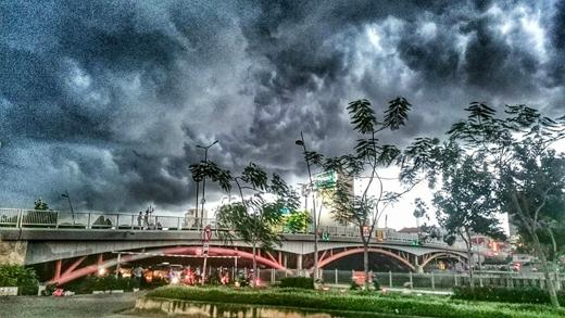 Mây đen kéo che hết bầu trời tại TP.HCM. Ảnh: ĐHP