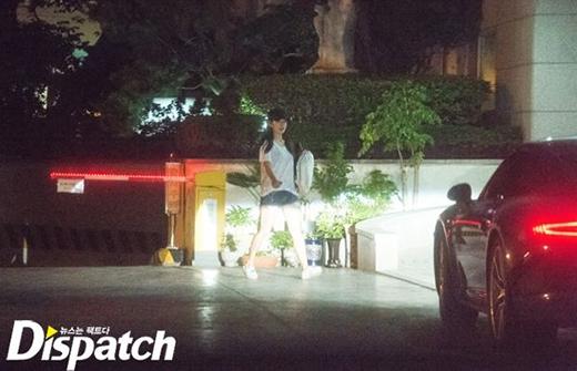 Lee Jong Suk đến đón Park Shin Hye. Cả hai hẹn hò rồi đưa cô về nhà.