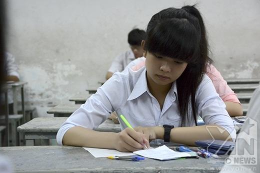 Các thí sinh cẩn thận điền đầy đủ thông tin vào giấy thi.