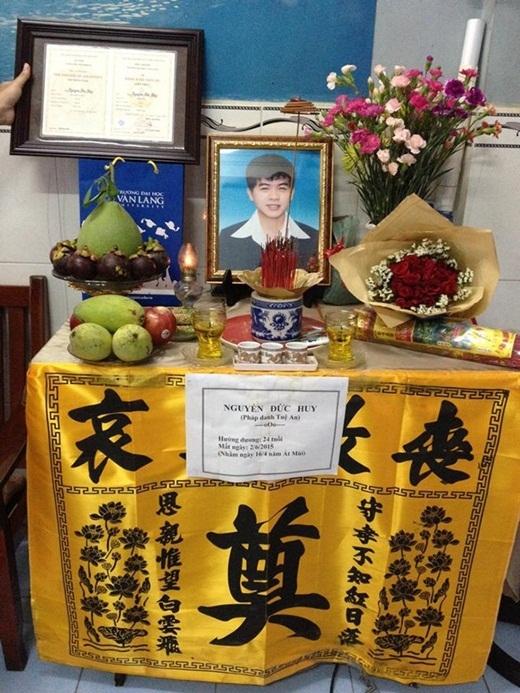 Sau lễ tốt nghiệp, ông Bình mang đốt bảng điểm cho Huy. Còn bằng tốt nghiệp, ông trang trọng lồng khung và đặt cạnh bàn thờ của cậu con trai bạc mệnh.