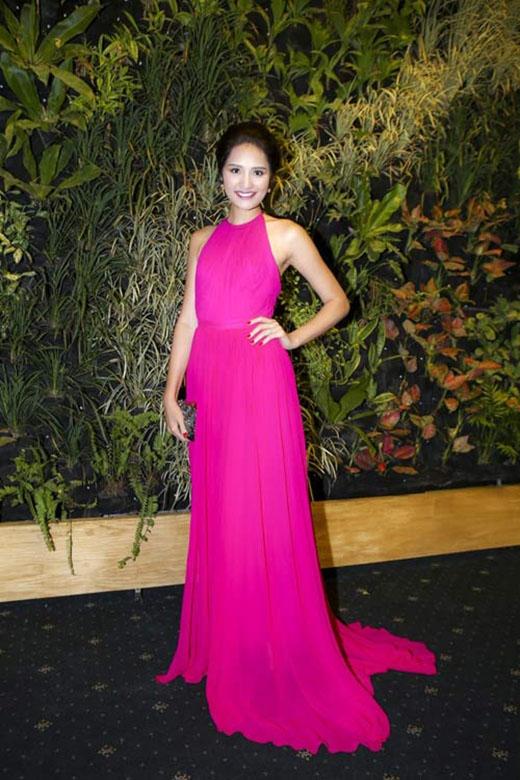 Sắc hồng tím lãng mạn cùng chất liệu voan rũ, mềm mại càng tôn lên sắc vóc ngày càng mặn mà của HH Hương Giang.