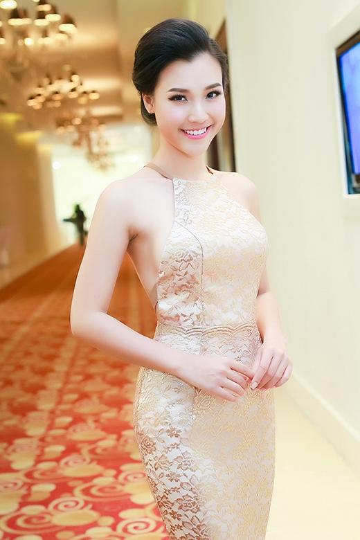 Phom váy đuôi cá sang trọng, hiện đại được phối hợp hài hòa với phần thân yếm cổ điển nhưng không kém phần gợi cảm trong bộ váy của Á hậu Hoàng Oanh.