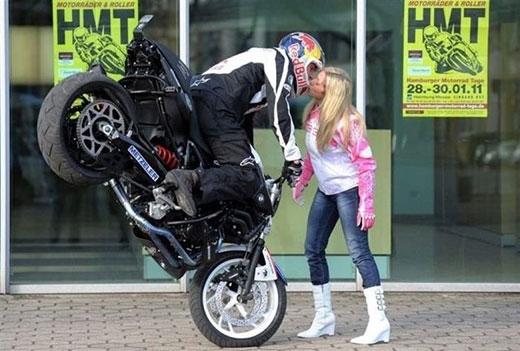 Để có được nụ hôn này, bạn phải có một bạn trai cực giỏi lái xe, không thì nguy cơ bị tông khá cao