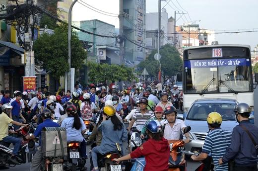 Giao thông bị ùn tắc trên nhiều tuyến đường tại TP.HCM vào ngày thi đầu tiên