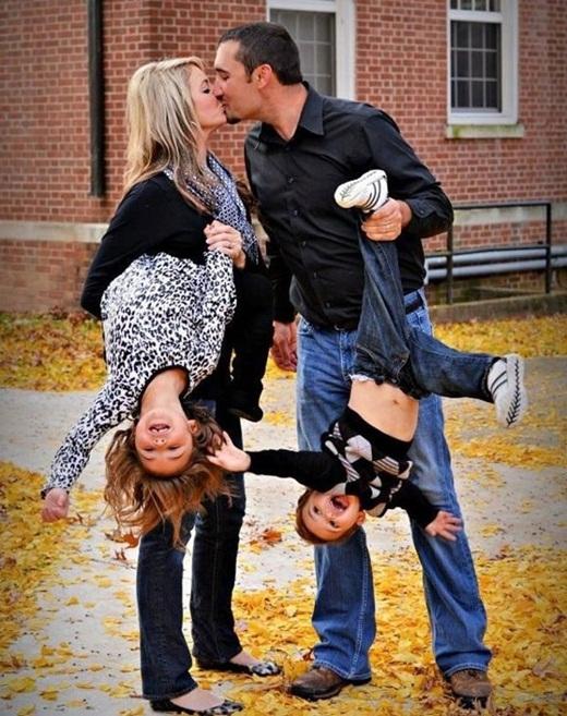 Mãi bận chăm con cái nên tranh thù lắm bố mẹ mới có thời gian mà hôn nhau.