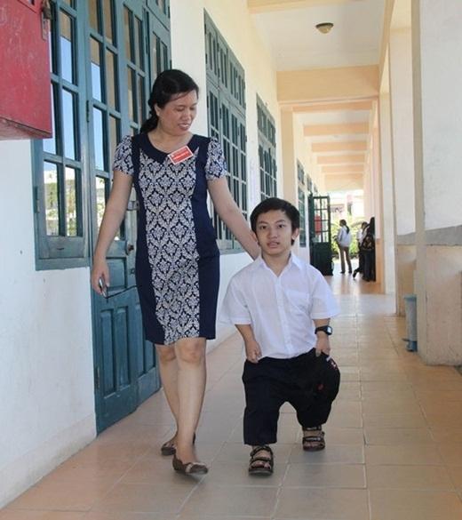 PGS.TS Trương Thị Diễm đưa Phước đi đo và chọn bàn dự thi phù hợp với cơ thể.