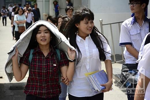 Các thí sinh vui mừng bước ra từ phòng thi
