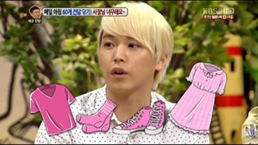 Ngoài Key, thì Sungmin (Super Junior) cũng rất thích màu hồng. Anh chàng từng tiết lộ rằng mình đã mặc một chiếc váy màu hồng rồi đi ngủ.