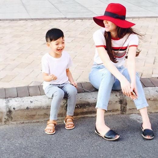Hai mẹ con thường xuyên diện trang phục đôi rất tự nhiên nhưng ấn tượng độc đáo với người nhìn. Đôi chân dài tạo thành lợi thế cho Su Beo khi diện những chiếc quần jeans bụi bặm. - Tin sao Viet - Tin tuc sao Viet - Scandal sao Viet - Tin tuc cua Sao - Tin cua Sao