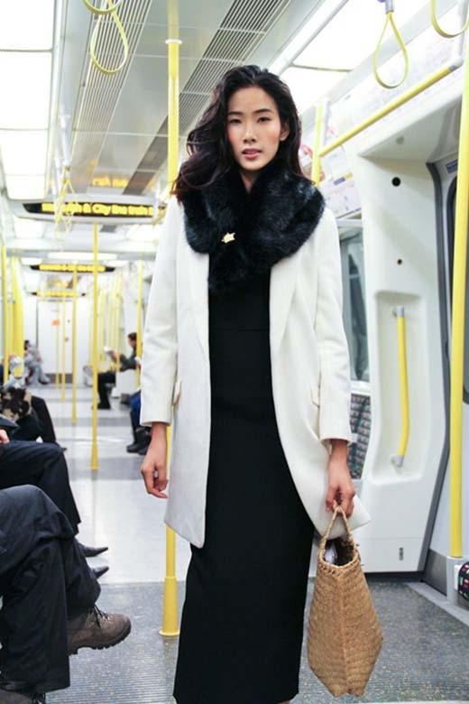 Năm 2012, Hoàng Thùy cũng từng gây ấn tượng tại London khi mang chiếc giỏ đệm làm phụ kiện cho bộ trang phục mang đậm chất hiện đại của mình.