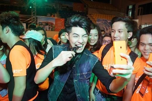 Noo Phước Thịnh không ngại ngần ăn côn trùng selfie cùng fan. - Tin sao Viet - Tin tuc sao Viet - Scandal sao Viet - Tin tuc cua Sao - Tin cua Sao