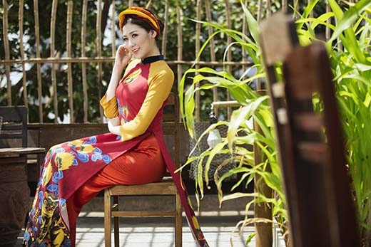 Sử dụng hai gam màu vàng nghệ và đỏ hồng điều làm chủ đạo, bộ áo dài như tạo nên một lớp nền trong những bức tranh dân gian Đông Hồ, Hàng Trống. Từ đó, hình ảnh những chú hổ dũng mãnh sẽ được khắc họa một cách chân thực, sinh động.
