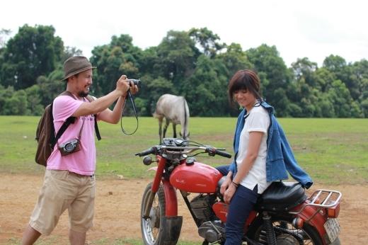 Anh chàng rapper Tiến Đạt đang say sưa chụp ảnh người yêu. - Tin sao Viet - Tin tuc sao Viet - Scandal sao Viet - Tin tuc cua Sao - Tin cua Sao