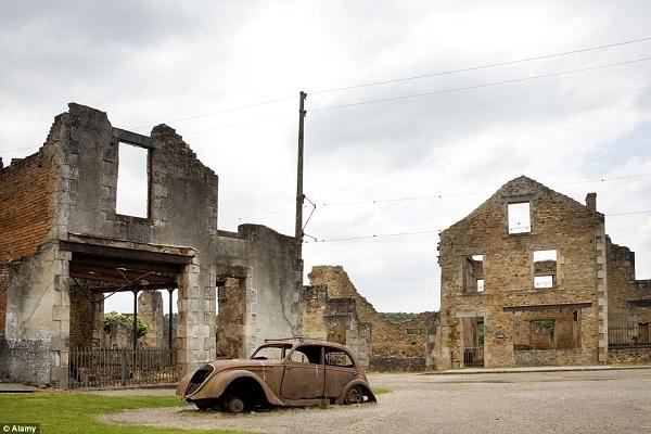 Những ngôi nhà và xe hơi của ngôi làng bỏ hoang Oradour-sur-Glane bị lửa hủy hoại sau cuộc tấn công và tàn sát dân làng của quân phát xít Đức vào năm 1944. Nơi đây vẫn còn lưu lại những dấu ấn của khoảng thời gian kinh hoàng đó, những tòa nhà bị thiêu cháy vẫn còn giữ nguyên vẹn như ngày ngôi làng bị tấn công, ngay cả chiếc xe của thị trưởng vẫn còn nằm trên đường cái.