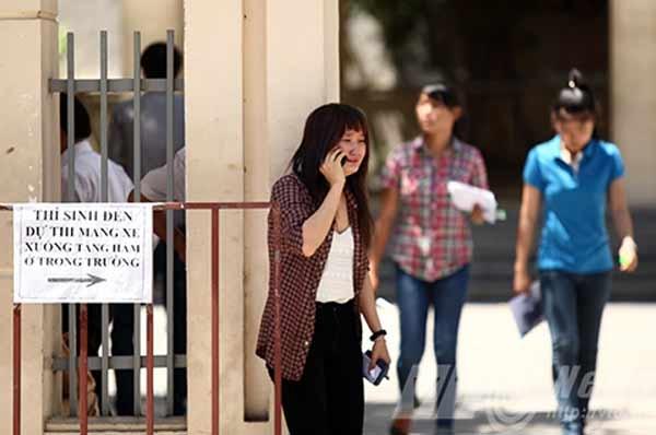 Một thí sinh nữ khóc nức nở được cho là sử dụng diện thoại trong phòng thi. Ảnh: VTC