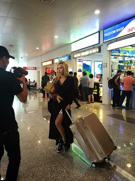 Hình ảnh mới nhất của Leng Yein khi đặt chân đến sân bay Nội Bài vào chiều nay (2/7).