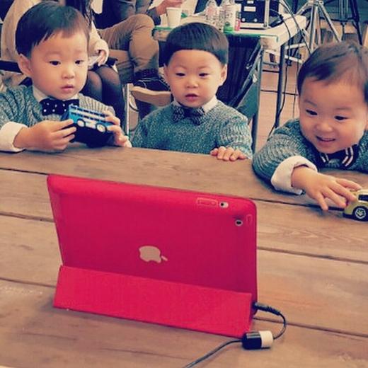 Trừ lúc ăn ra thì lúc xem phim hoạt hình là ba nhóc chịu ngồi yên nhất.
