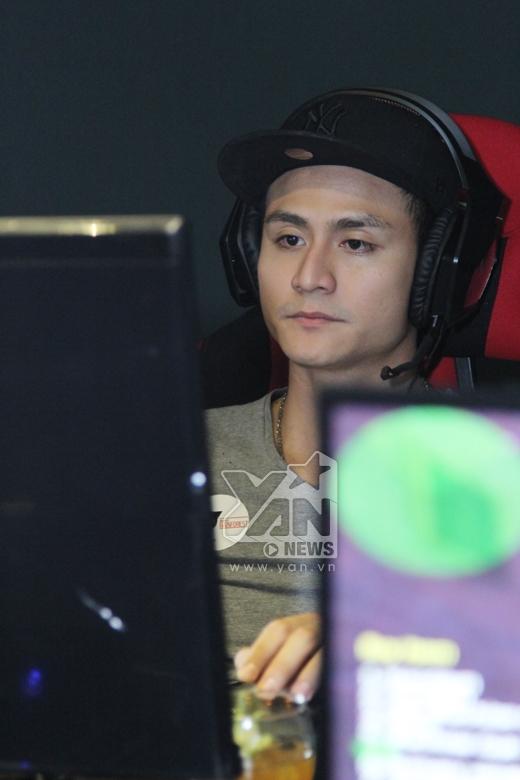 Vẻ mặt tập trung của Vĩnh Thụy khi đang ngồi chơi game - Tin sao Viet - Tin tuc sao Viet - Scandal sao Viet - Tin tuc cua Sao - Tin cua Sao