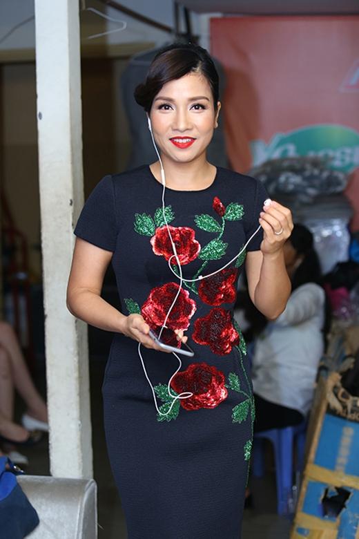 Nữ ca sĩThu Phươngvà DivaMỹ Linhcùng diện một thiết kế cocktail nằm trong BST Xuân - Hè 2015 của NTKĐỗ Mạnh Cường. Trên nền đen của bộ trang phục, hình ảnh những bông hoa hồng đỏ được tái hiện một cách chân thực, sinh động.