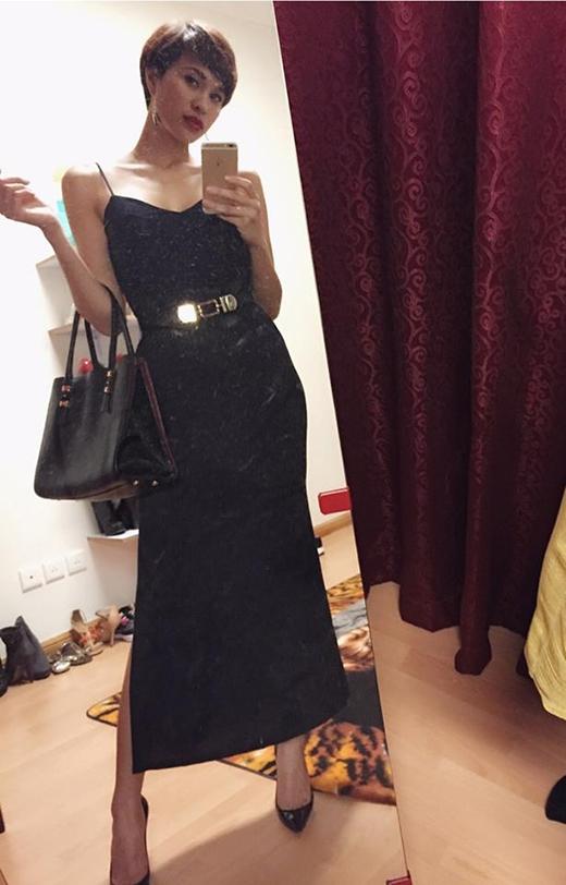 Phương MaivàTrang Khiếucùng lựa chọn kiểu váy hai dây suông dài theo mốt váy ngủ gợi cảm. Nếu nhưTrang Khiếunổi bật trong sắc đỏ cam thìPhương Mailại chọn sắc đen mạnh mẽ và diện thêm thắt lưng tạo nên sự mới mẻ cho bộ váy.