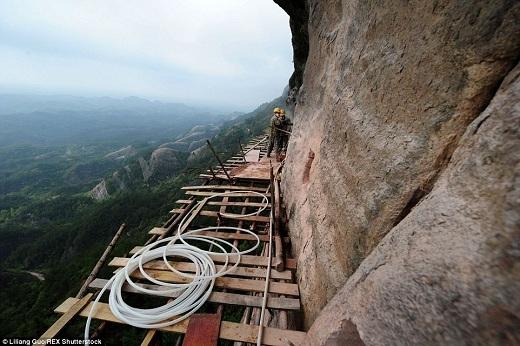 Bình Giang nổi tiếng nhờ dãy núi Mufu. Chính quyền địa phươngđang khai thác hết tiềm năng du lịch của ngọn núi này bằng cách khởi công xây dựng con đường nguy hiểm dành cho khách du lịch thích thử thách.