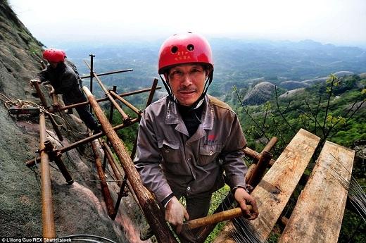 Với dụng cụ bảo hộ lao động sơ sài như vậy, những người đàn ông siêu dũng cảm này có nhiệm vụ thu hút khách du lịch đến với huyện Bình Giang theo như kế hoạch của chính quyền địa phương.