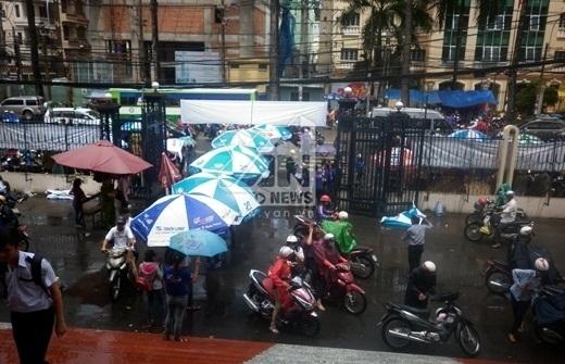 Căn dù, bạt từ ngoài cổng tới hành lang cho thí sinh không bị mưa ướt