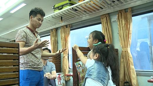 Danh hài Xuân Bắc biểu diễn ảo thuật cho các bé xem... - Tin sao Viet - Tin tuc sao Viet - Scandal sao Viet - Tin tuc cua Sao - Tin cua Sao