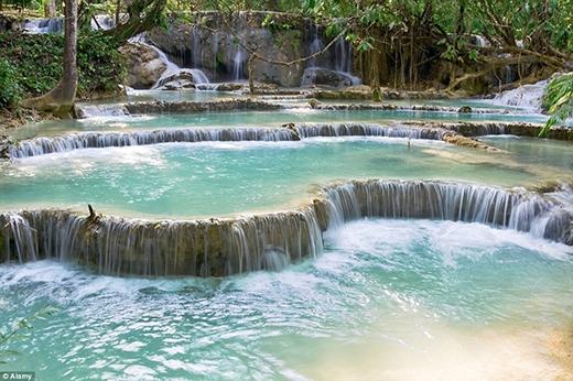 Thác Kuang Si (Tat Kuang Si) là quần thể nhiều thác lớn nhỏ tập trung tại núi Kuang Si cách trung tâm Luangprabang, Lào 29 km về phía Nam. Thác được bao bọc bởi núi rừng rập rạp, tạo nên một vẻ hoang sơ và hùng vĩ, đẹp sống động như những thước phim về thời nguyên thủy. Những hồ nước được tạo từ hệ thống thác Kuang Si được xếp vào danh sách điểm tham quan hấp dẫn nhất của đất nước triệu voi. Nước ở đây rất xanh, xuất phát từ thượng nguồn và mang theo một lượng tảo khổng lồ - nhân tố tạo nên màu xanh độc đáo của những hồ nước. Đắm chìm trong dòng nước mát lạnh, hòa mình cùng với thiên nhiên xanh mát, đó là những điều có thể níu chân du khách ghé thăm lại thác Kuang Si một lần nữa.