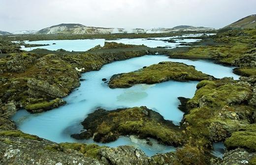 Hồ nước nóng Blue Lagoon được xem như là một spa thiên nhiên giữa lòng đất nước Iceland. Hồ nước này thuộc vùng Grindavik trên bán đảo Reykjanes ở phía tây nam Iceland, thu hút rất đông khách du lịch từ khắp nơi trên thế giới đến khám phá, thư giãn và nghỉ ngơi.