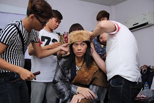 Nghệ sĩ Hoài Linh đang được chuẩn bị phục trang cho buổi diễn - Tin sao Viet - Tin tuc sao Viet - Scandal sao Viet - Tin tuc cua Sao - Tin cua Sao