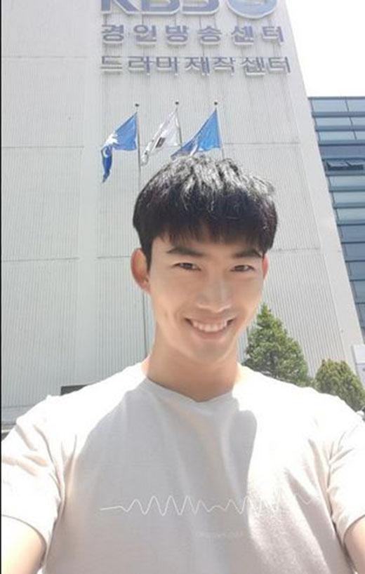 Taecyeon háo hức tham quan phim trường mới của KBS, anh chia sẻ: 'Đây là bộ phim thứ 4 của tôi, nhưng đây là lần đầu tôi đến đây. Quả thật là một nơi tuyệt vời'.