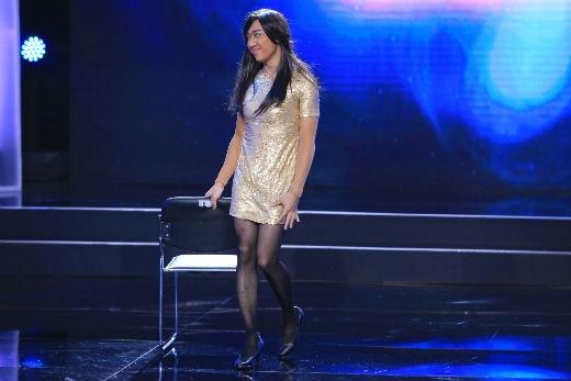 Xuất hiện trên sân khấu đầu tiên, nghệ sĩ Trấn Thành tiếp tục giả gái, đội tóc dài, mặc đầm body vàng ánh kim lấp lánh khoe đôi chân thon thả, nuột nà đáng ghen tỵ. Anh đã nhún nhảy, uốn éo theo nhạc rất sung, quyến rũ.