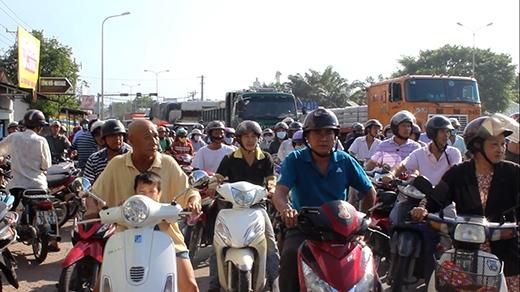 Vụ tai nạn cũng khiến giao thông qua khu vực bị ùn tắc