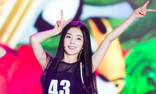 """Khả năng rap của Irene (Red Velvet) cũng tỷ lệ nghịch với nhan sắc của cô. Chất giọng yếu khiến nữ thần tượng luôn bị hụt hơi và thường phải """"chạy theo nhạc"""" mỗi khi rap."""