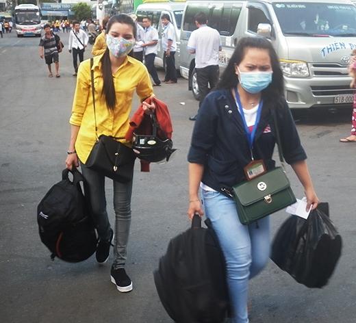 Thí sinh vội vã ra Bến xe Miền Đồng để về lên xe về quê sau khi làm xong bài thi môn Hoá
