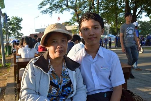 Cô Trần Thị Hòa ở Đồng Nai, dù bị bệnh động kinh vẫn cố gắng vượt đường xa đưa con đi thi.