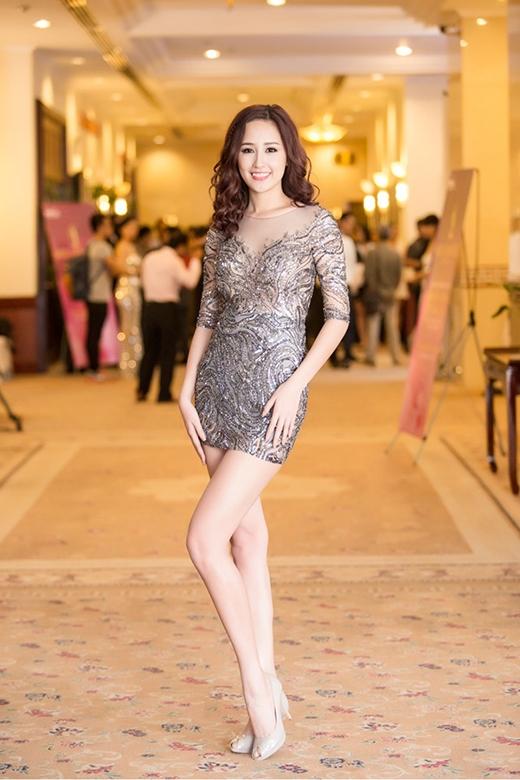 Và dĩ nhiên, những thiết kế cắt, xẻ táo bạo hay chất liệu xuyên thấu luôn là lựa chọn hàng đầu của Hoa hậu Việt Nam 2006.
