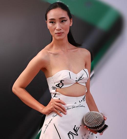 Tuy nhiên, chính sự đa dạng đó lại là con dao hai lưỡi khiến Trang Khiếu nhiều lần rơi vào danh sách mặc xấu với những tạo hình khó hiểu hoặc không liên quan giữa các thành phần với nhau.