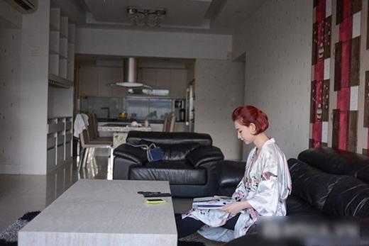Quỳnh Chi có thói quen đọc tạp chí tại phòng khách vào mỗi sáng. - Tin sao Viet - Tin tuc sao Viet - Scandal sao Viet - Tin tuc cua Sao - Tin cua Sao