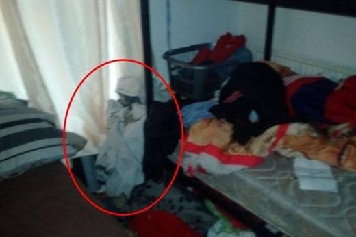 Bóng macó hình dáng như một đứa trẻ nhỏ mặc chiếc váy ngủ màu trắng với gương mặt xanh tái nhạt và có cả một chiếc đuôi