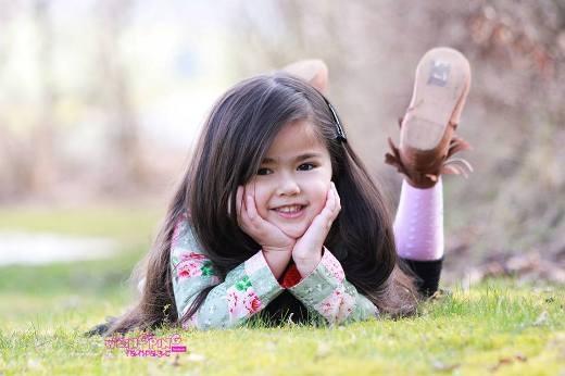 Cô bé bỗng trở nên nổi tiếng và nhận được rất nhiều lời mời và hợp đồng chụp ảnh, quay quảng cáo cho những nhãn hàng, thời trang, thực phẩm dành cho em bé.