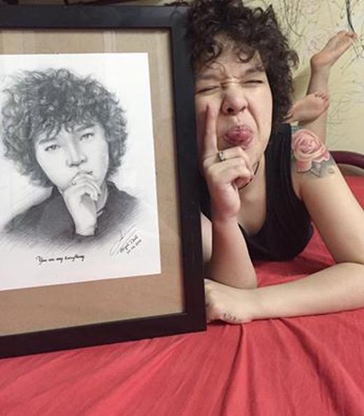 Tiên Tiênvừa khoe món quà được chính fan tự tay vẽ tặng. Món quà này đã khiến cô thích thú đến mức, phải đọ xem là bạn ấy vẽ lại mình có giống với 'bản gốc' hay không.