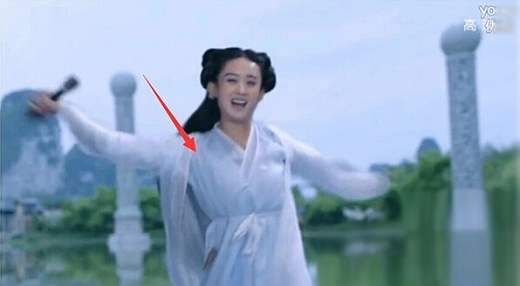 Nhưng có thể thấy áo của Hoa Thiên Cốt không bị rách.