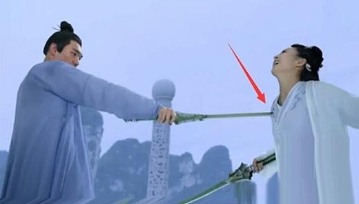 Cảnh Hoa Thiên Cốt bị kiếm đâm bị thương.