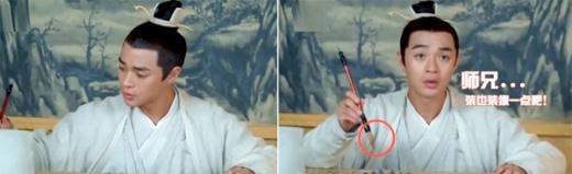 Một cảnh nhân vật dùng bút viết nhưng không có mực.