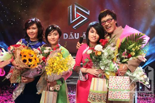 Cả gia đình nhận được nhiều tình cảm yêu thương và hoa của khán giả. - Tin sao Viet - Tin tuc sao Viet - Scandal sao Viet - Tin tuc cua Sao - Tin cua Sao