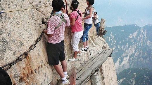 Núi Hoa Sơn còn rất nổi tiếng với cung đường nguy hiểm nhất thế giới này.