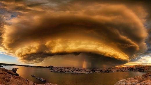 Một đám mây hình chiếc bánh rán khổng lồ trên bầu trời tại Prescott, bang Arizona.